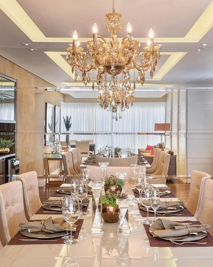 sala de jantar sofisticada decorada com lustre de teto candelabro Foto Janaina Marques e Jenny