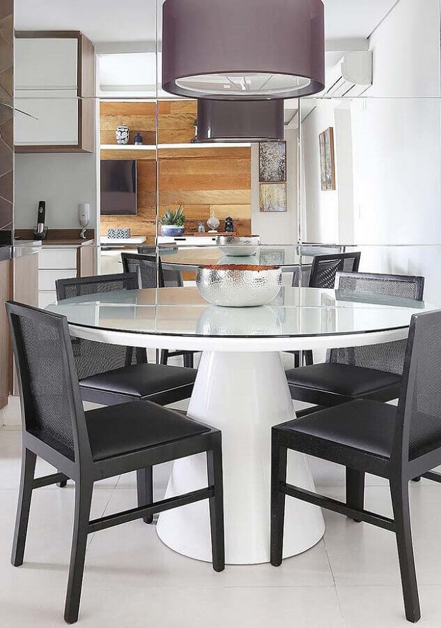 sala decorada com mesa redonda branca e cadeira de jantar preta Foto Pinterest
