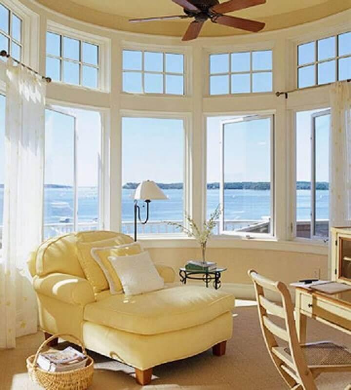 sala decorada com poltrona amarelo pastel Foto Pinterest