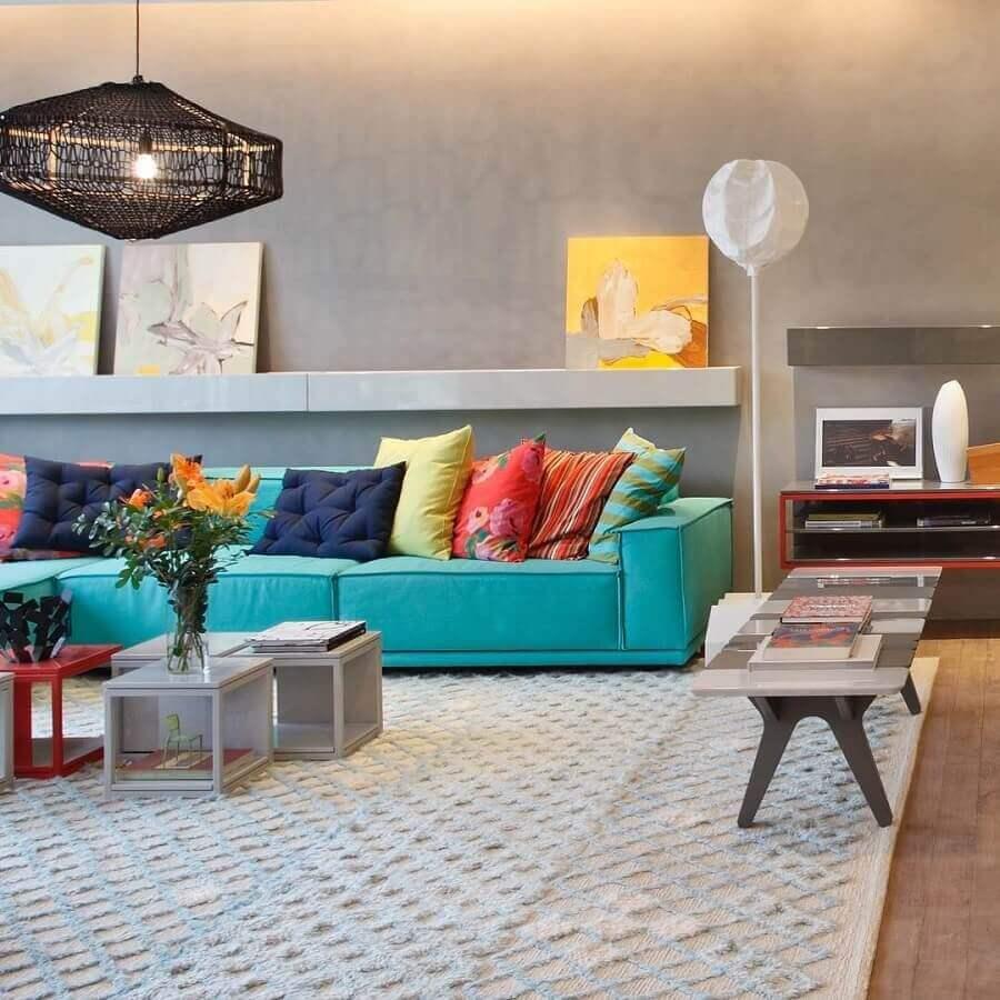 sala moderna decorada com parede cimento queimado e almofadas coloridas para sofá verde piscina Foto Paula Neder Arquitetura