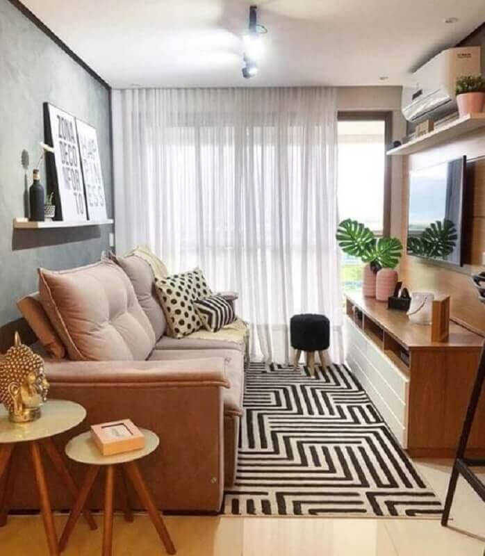 sofá para sala de apartamento decorado com tapete geométrico e rack de madeira Foto Jeito de Casa
