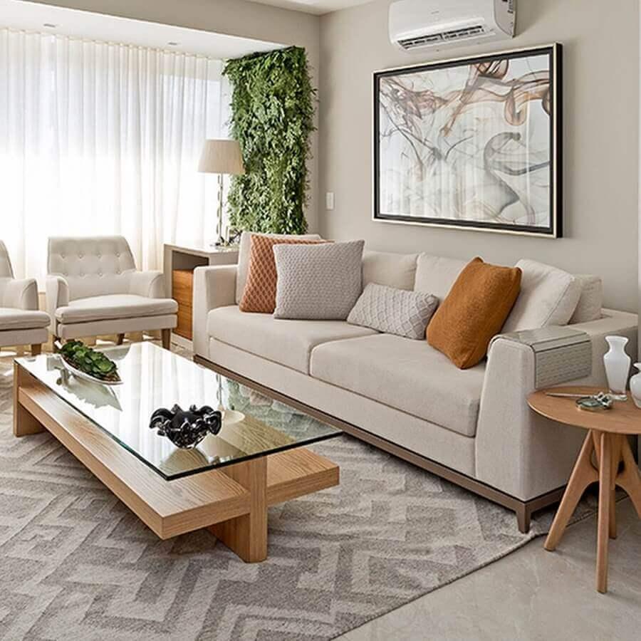 sofá para sala de apartamento decorado em cores neutras com mesa de centro de madeira e vidro Foto Pinterest