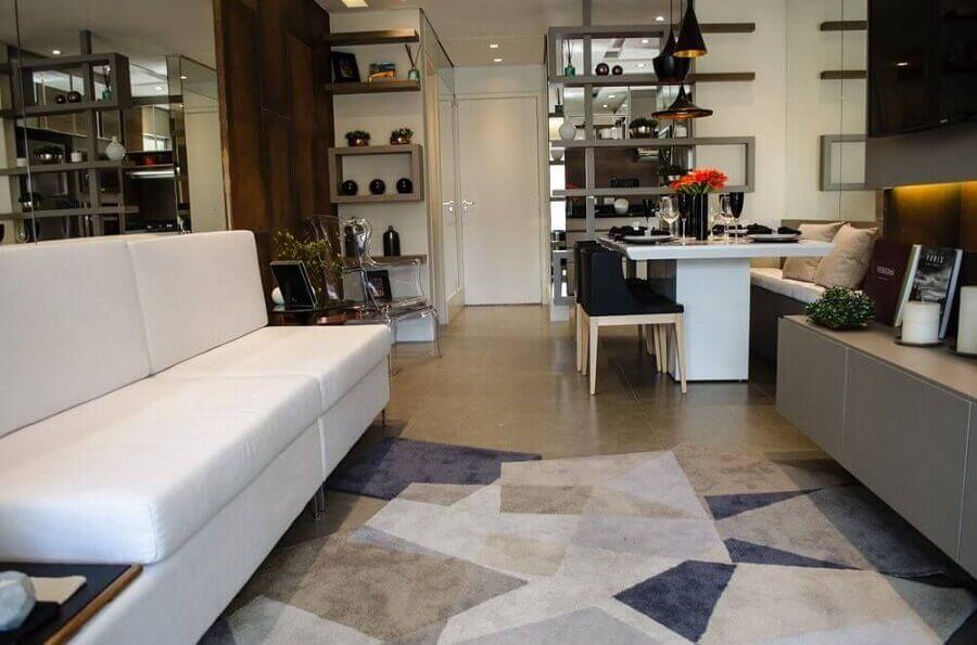 sofá para sala de apartamento pequeno decorado com tapete geométrico Foto Studio Ecoara