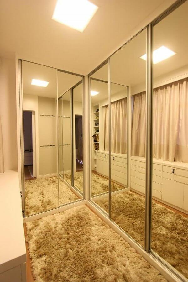 tapete felpudo para decoração de closet armário planejado com portas espelhadas Foto Habitissimo