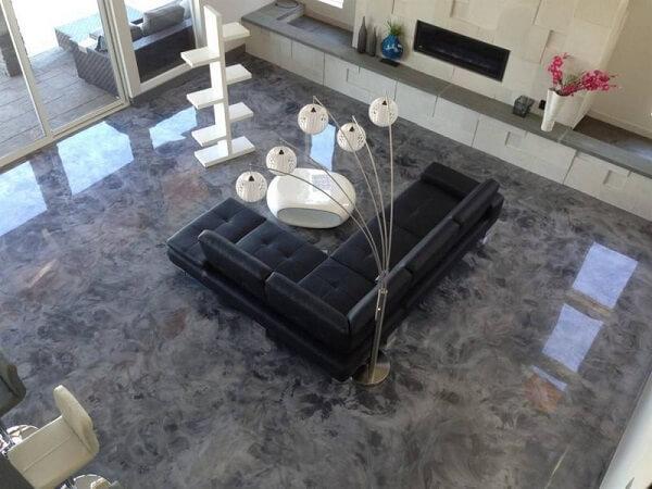 Piso de porcelanato liquido com sofá de couro preto