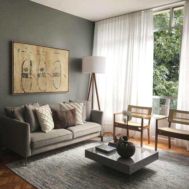 tons de cinza para sala de estar apartamento decorado com poltronas de madeira Foto Jeito de Casa