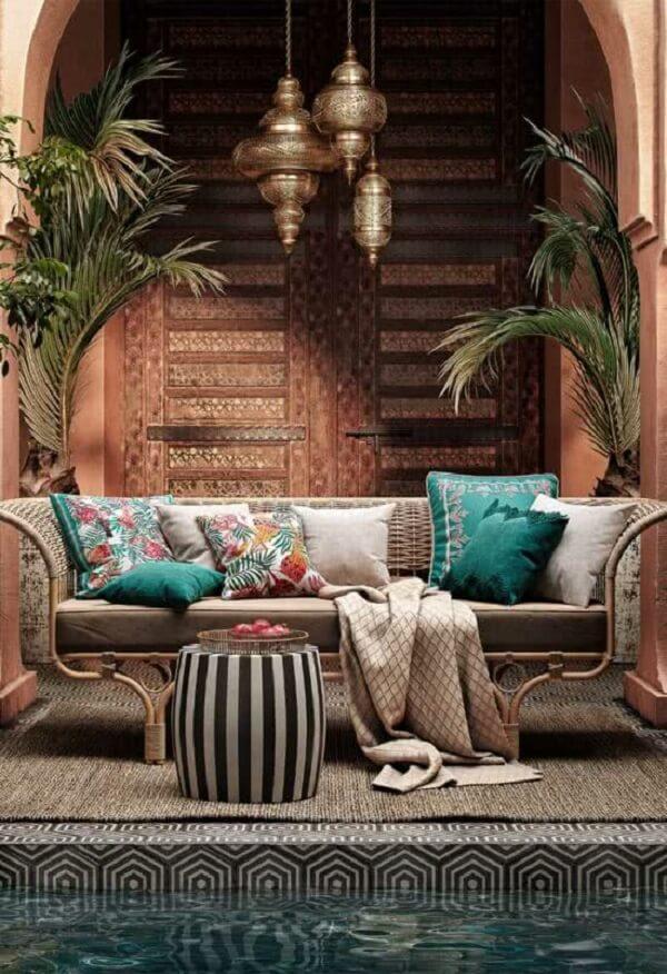 Área externa aconchegante com decoração indiana. Fonte: Pinterest