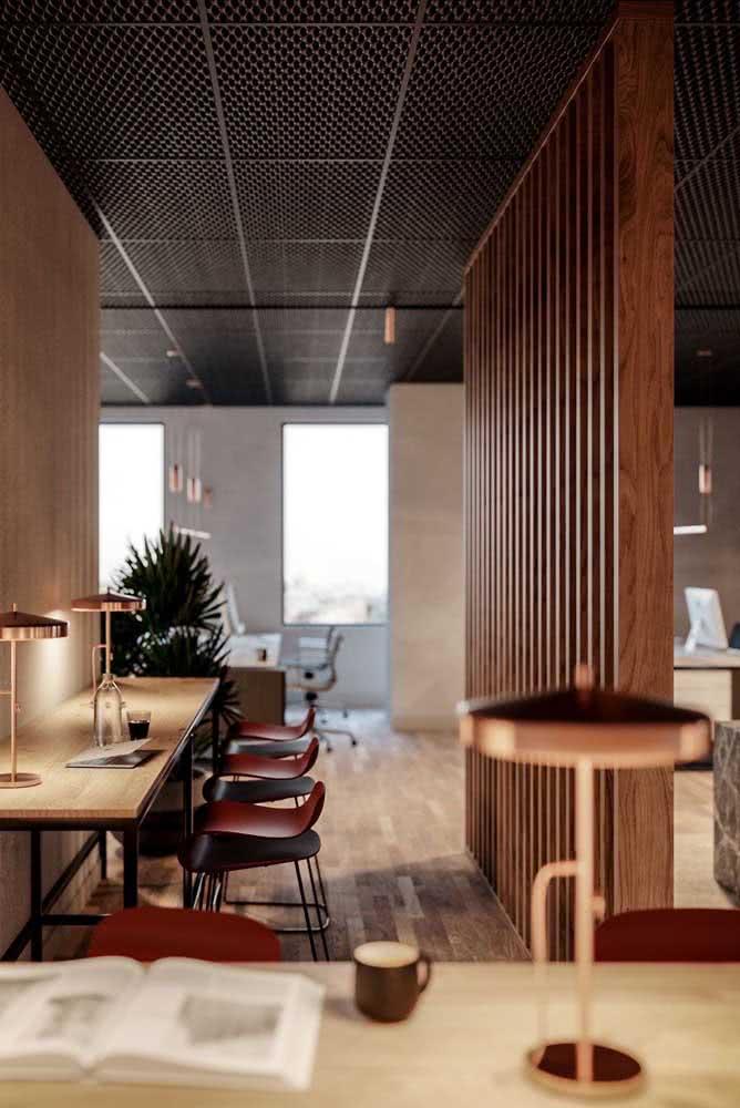 Divisórias de madeira para escritório com bancada para estudo