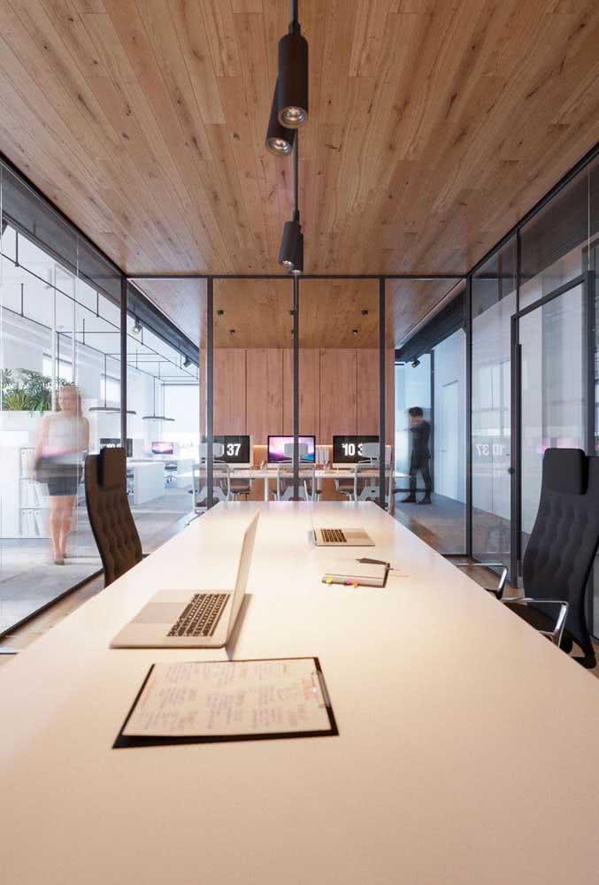 Escritório com divisória de vidro