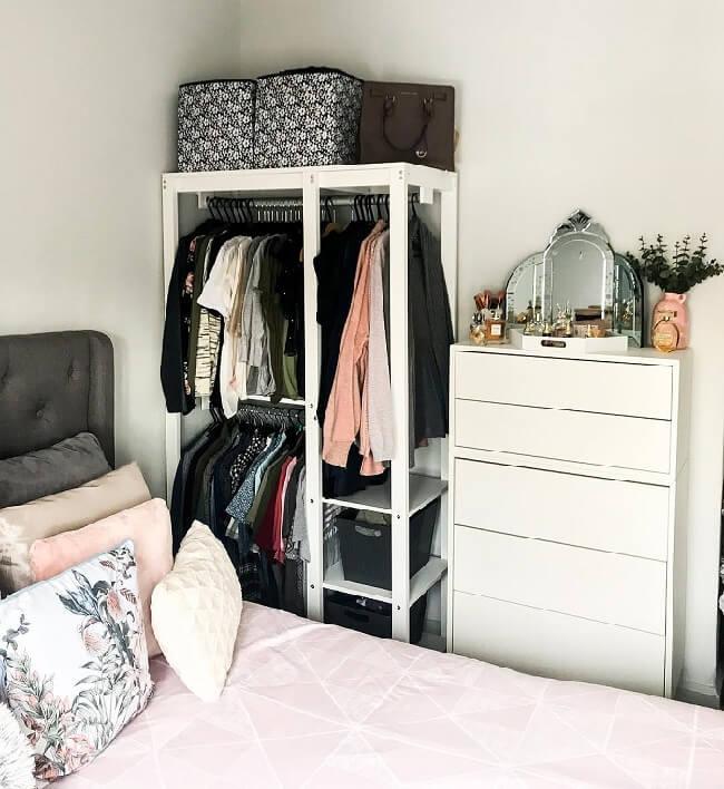 A arara de madeira branca se encaixa perfeitamente no dormitório. Fonte: Jamie Leigh Chau