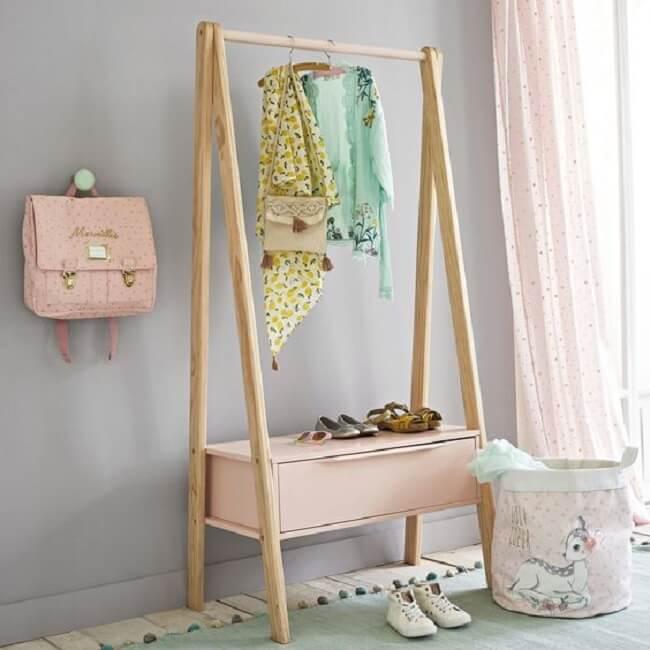 A arara de madeira com gaveta ajuda na organização do cômodo. Fonte: Pinterest