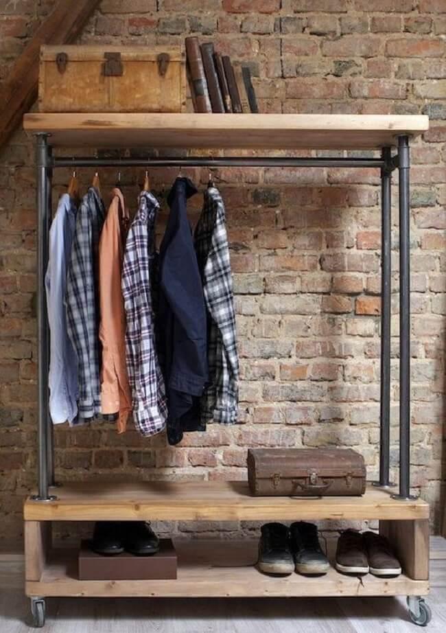 A arara de madeira com rodízios permite a mobilidade do móvel no cômodo. Fonte: Pinterest
