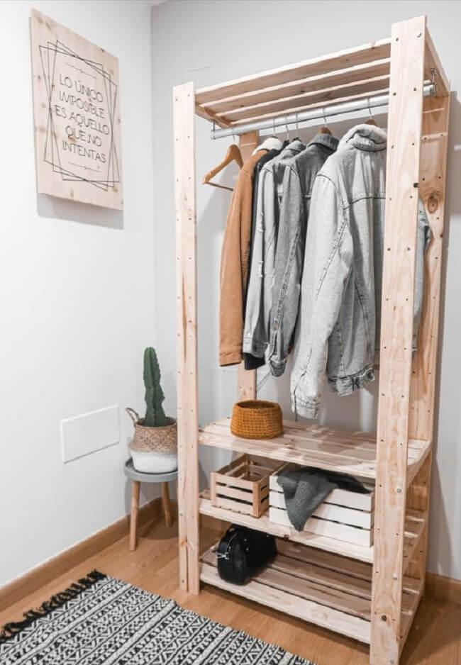 A arara de madeira combina com diferentes estilos de decoração. Fonte: Pinterest