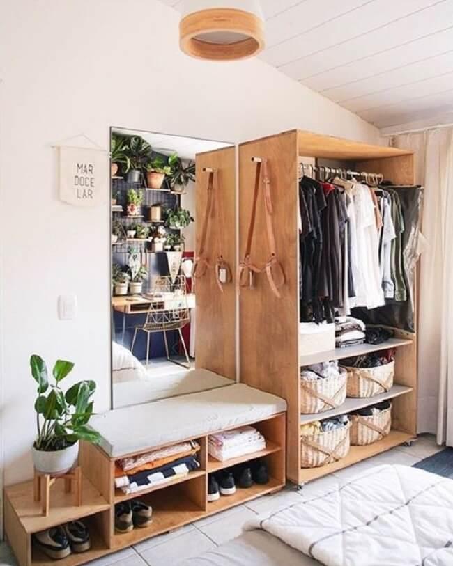 A arara de madeira do quarto se conecta com os demais móveis do dormitório. Fonte: Blog da Mariely Del Rey