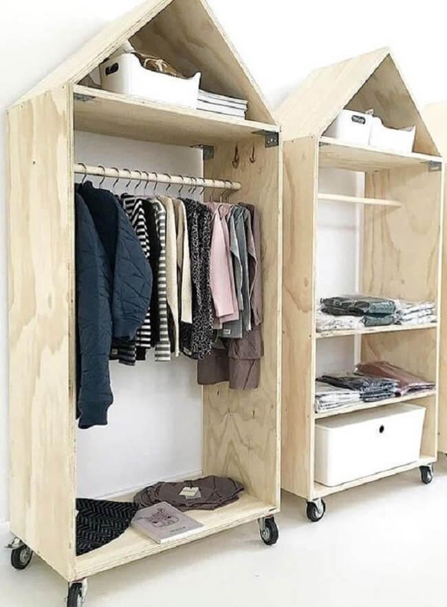 A arara de madeira em formato de casinha traz uma nova perspectiva ao cômodo. Fonte: Pinterest