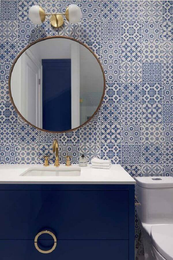 A bancada azul com tampo branco se conecta com o revestimento cerâmico feito com azulejos portugueses. Fonte: Pinterest