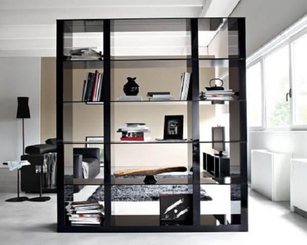 A borda preta da estante de vidro trouxe um toque moderno ao ambiente. Fonte: Pinterest