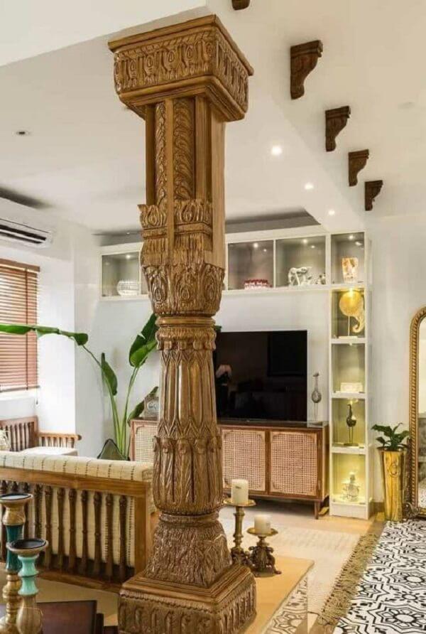 A coluna de madeira trabalhada reforça a decoração indiana para sala. Fonte: Pinterest