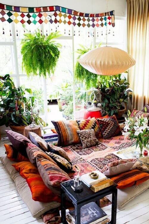 A decoração indiana preza muito pelo conforto, por isso é comum ver muitas almofadas nestes ambientes. Fonte: Pinterest