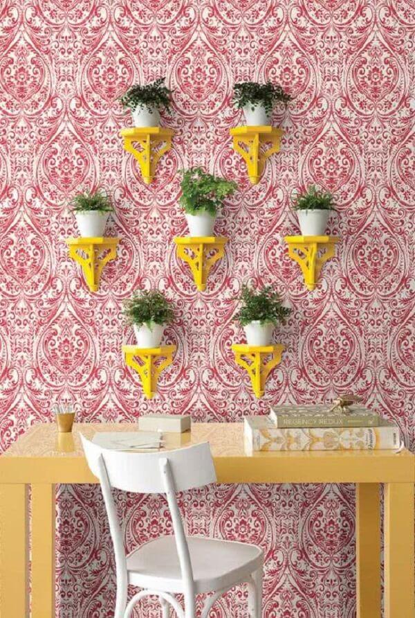 A estampa do papel de parede escolhido reforça ainda mais a decoração indiana no ambiente. Fonte: Pinterest