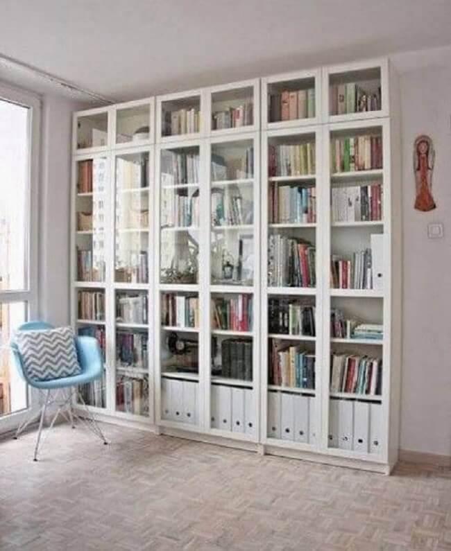 A estante com porta de vidro acomoda diversos livros dos moradores. Fonte: Vermischt Blog