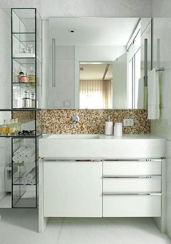 A estante com prateleiras de vidro decora o banheiro. Fonte: Pinterest