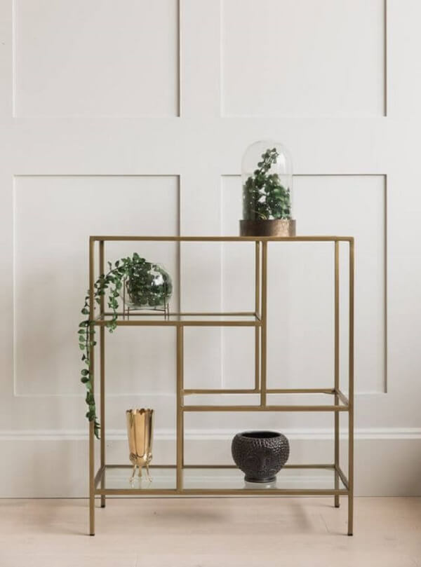 A estante com prateleiras de vidro traz elegância para a decoração. Fonte: Rose and Grey