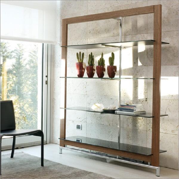 A estante de mármore e vidro e a estante de vidro com madeira são opções que podem transformar sua decoração. Fonte: Pinterest