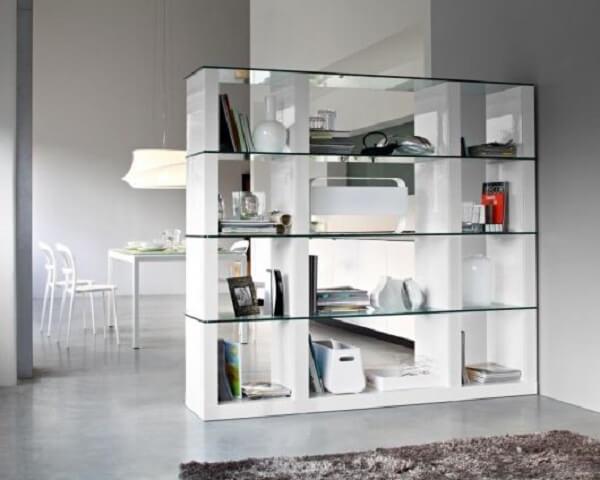 A estante de mármore e vidro também é uma opção sofisticada do mercado. Fonte: Pinterest