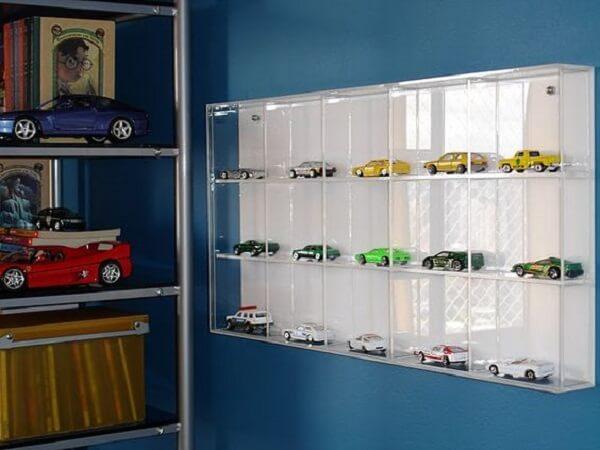 A estante de vidro ajuda a organizar as coleções de carrinhos. Fonte: Pinterest