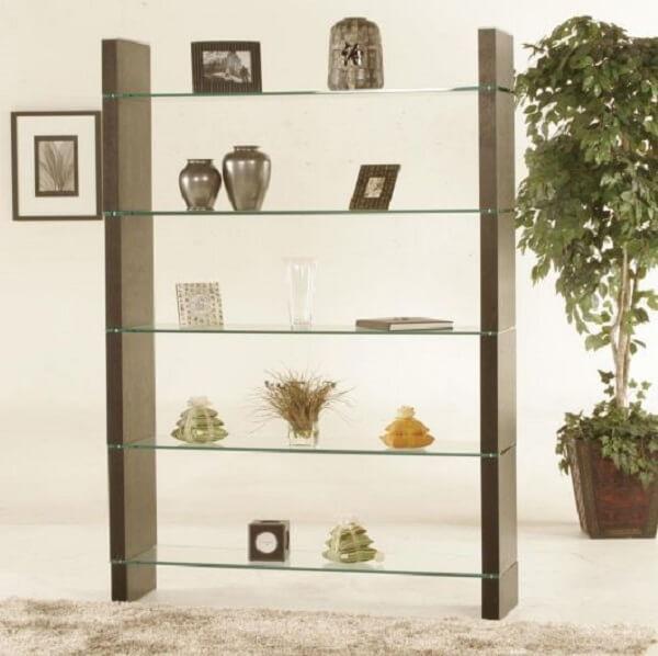 A estante de vidro chama a atenção pela sua beleza. Fonte: Pinterest