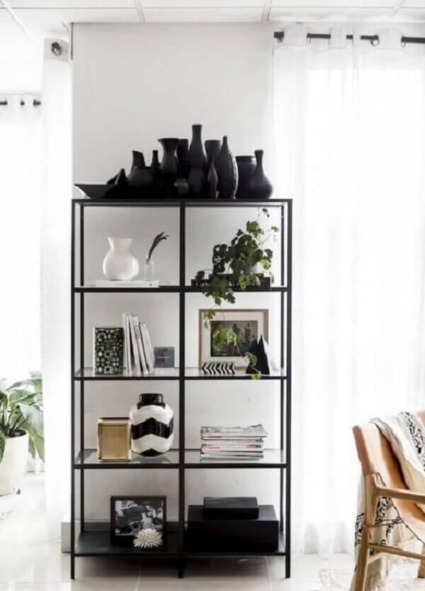 A estante de vidro com acabamento de ferro é perfeita para compor uma decoração industrial. Fonte: Pinterest