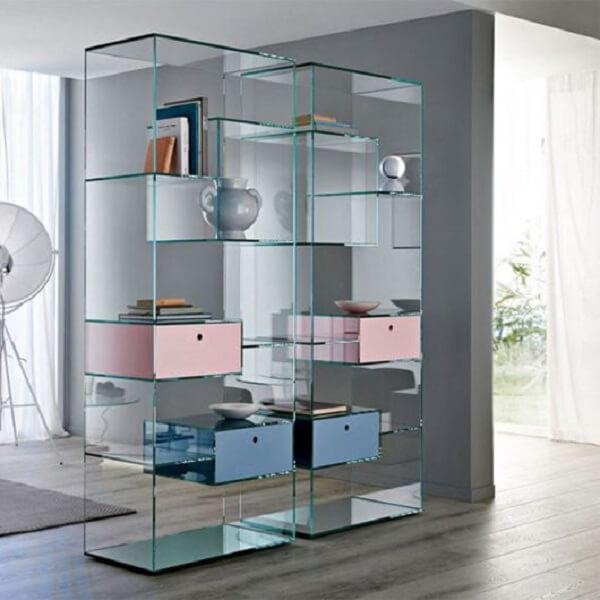 A estante de vidro com gavetas coloridas traz descontração para a decoração. Fonte: Pinterest