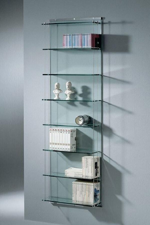 A estante de vidro na parede otimiza o espaço no ambiente. Fonte: Pinterest