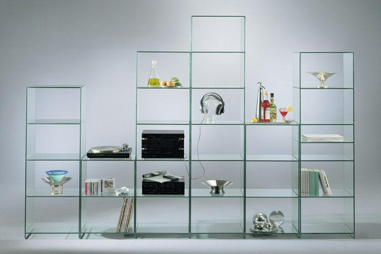 A estante de vidro para sala traz um toque clean para a decoração. Fonte: Pinterest