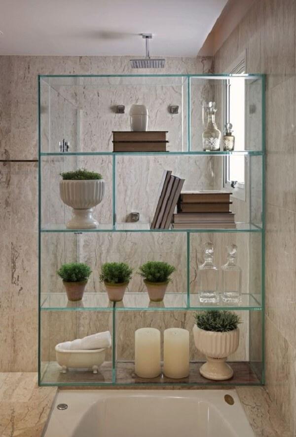 A estante de vidro traz um toque clean para o banheiro. Fonte: Projeto Habitissimo