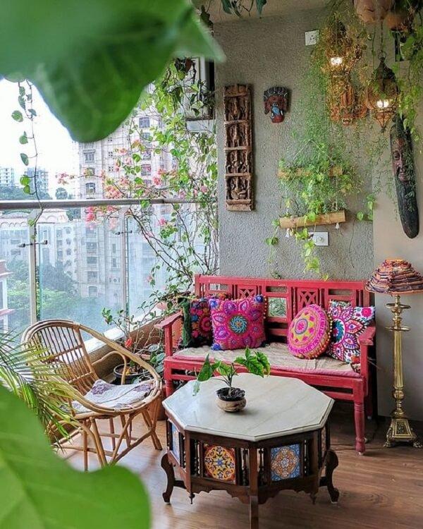 A mesa de centro talhada se destaca na decoração indiana da varanda. Fonte: Ariyona Interior