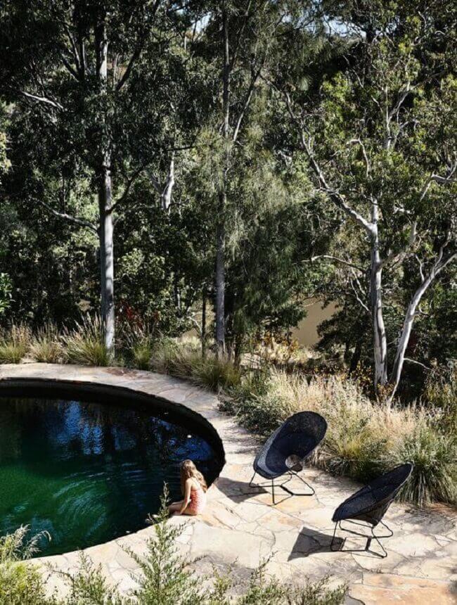 A piscina verde se conecta com a paisagem do entorno. Fonte: Pinterest