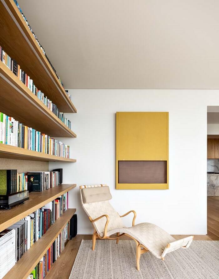 A poltrona divã é perfeita para o cantinho da leitura. Fonte: Felipe Hess Arquitetos