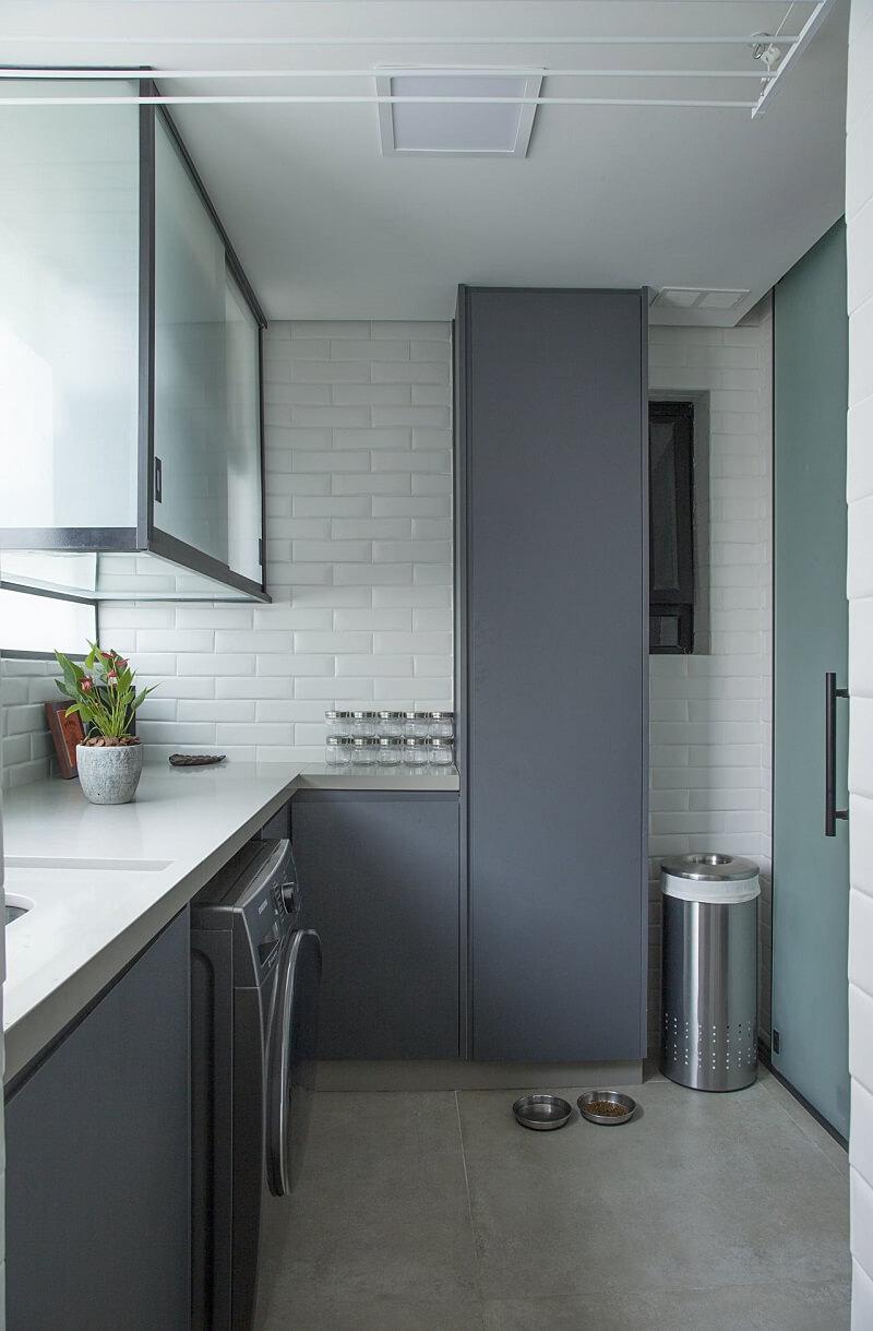 A porta de correr traz privacidade para a área do lavabo. Projeto de Bruno Moraes Arquitetura e Interiores