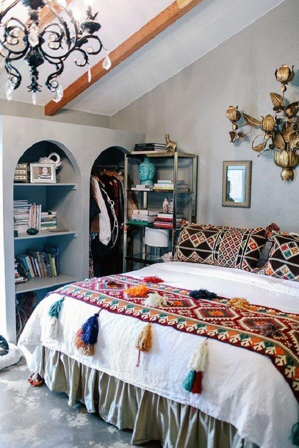 A roupa de cama complementa a decoração indiana do quarto. Fonte: Pinterest