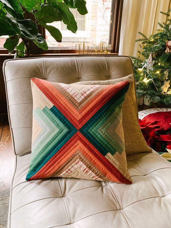 Almofada com retalho de tecido colorido