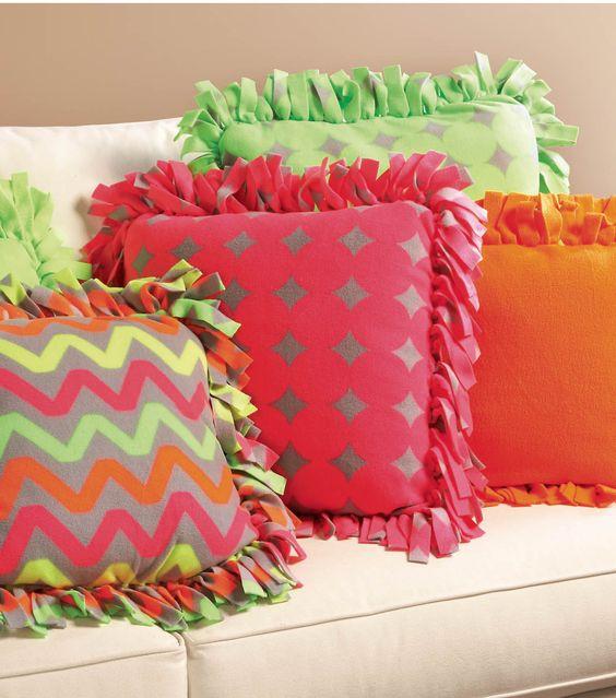 Almofadas com estampas divertidas e cores variadas