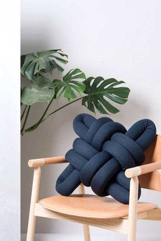 Almofadas divertidas na cor azul marinho para cadeira de madeira