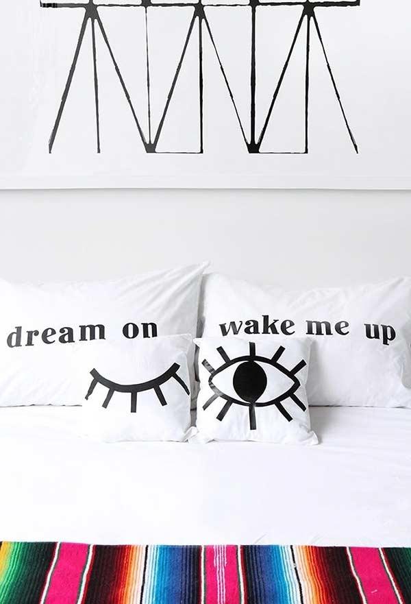 Almofadas divertidas para cama de quarto de casal