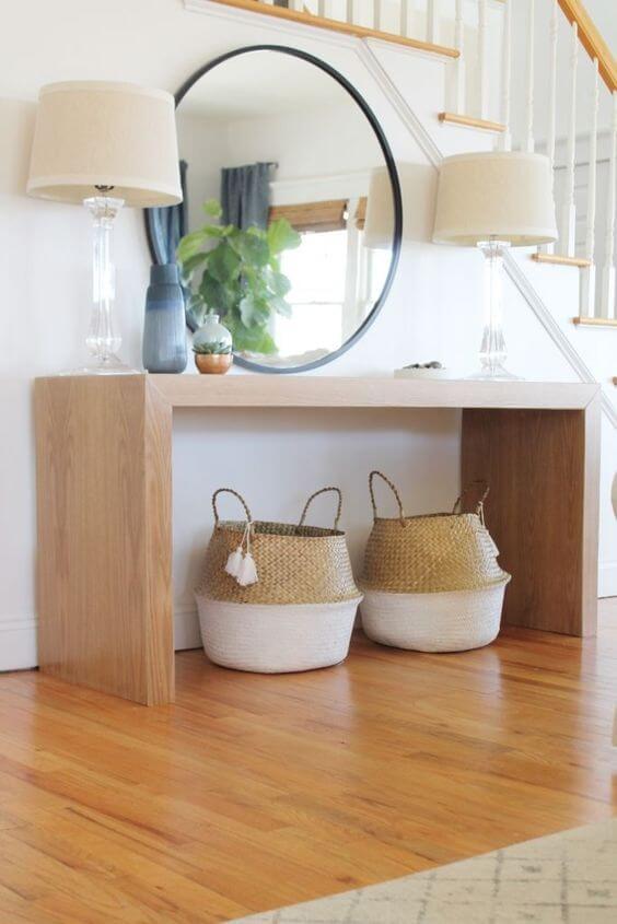 Aparador de madeira com moldura redonda preta