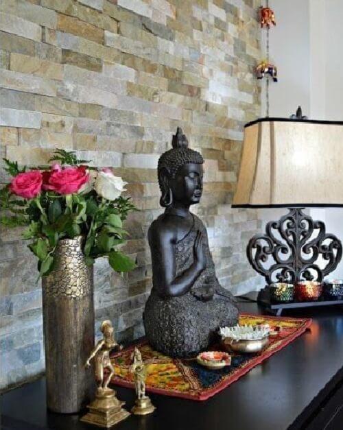 Aproveite o aparador da sala para expor objetos de decoração indiana. Fonte: Pinterest