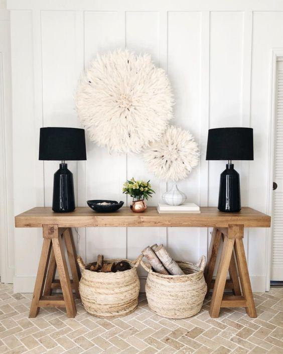 Aproveite para decorar a parede da sala com lindos enfeites DIY para combinar com o aparador de madeira rustico