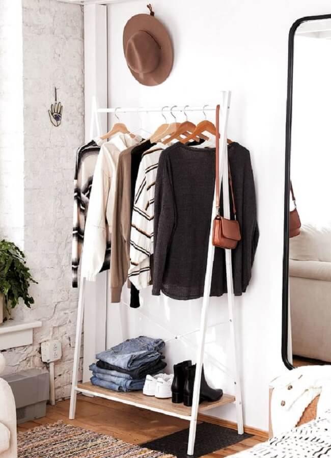 Arara de madeira branca acomoda várias peças de frio. Fonte: Pinterest