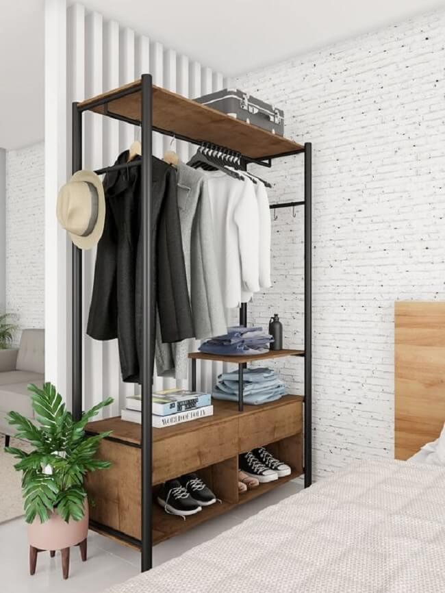 Arara de madeira com gaveta e nicho para sapatos. Fonte: Mobly